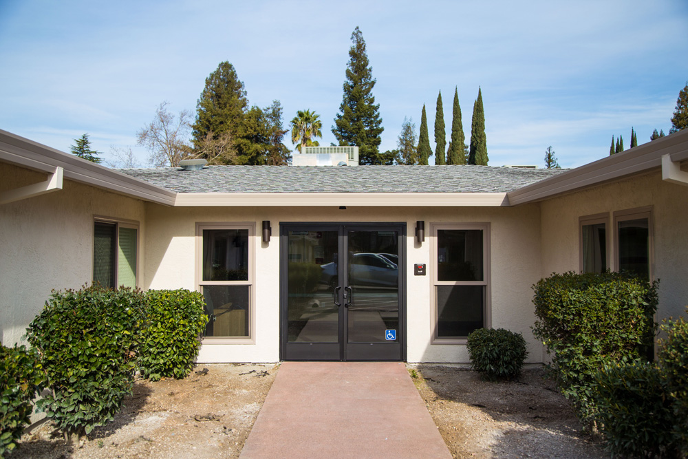 Vista De Robles makes the most of its mid-century Calfornia architectural style.